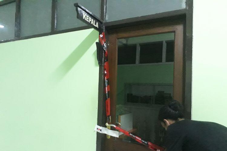 Ruangan Kepala Kanwil Kemenag Jatim Haris Hasanuddin ikut disegel dengan garis larangan melintas dengan tanda resmi bergambar logo KPK pada Jumat (15/3/2019) sekitar pukul 15.00 WIB.