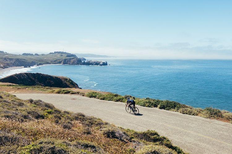 Ilustrasi pengendara sepeda - Seorang pengendara sepeda melintasi jalur dekat pantai di California, AS.