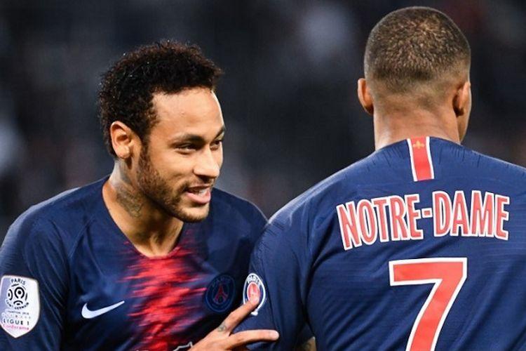Penyerang Paris Saint-Germain Neymar (kiri) dan Kylian Mbappe beraksi dalam pertandingan sepak bola Liga Perancis antara Paris Saint-Germain (PSG) dan Monaco pada 21 April 2019 di Stadion Parc des Princes di Paris.
