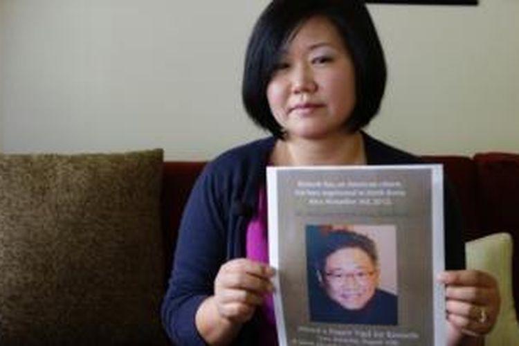 Terri Chung, memegang foto saudara laki-lakinya Kenneth Bae yang ditahan di Korea Utara karena dianggap berencana menjungkalkan pemerintah negeri itu. Pemerintah AS kini tengah berupaya membebaskan pria berusia 45 tahun itu.