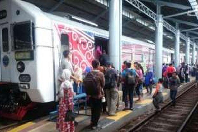 Ratusan penumpang kereta api Prambanan Ekspres (Prameks) memadati Stasiun Balapan Solo, Minggu (10/7/2016). Rencananya Prameks akan digantikan KRL Solo-Jogja.