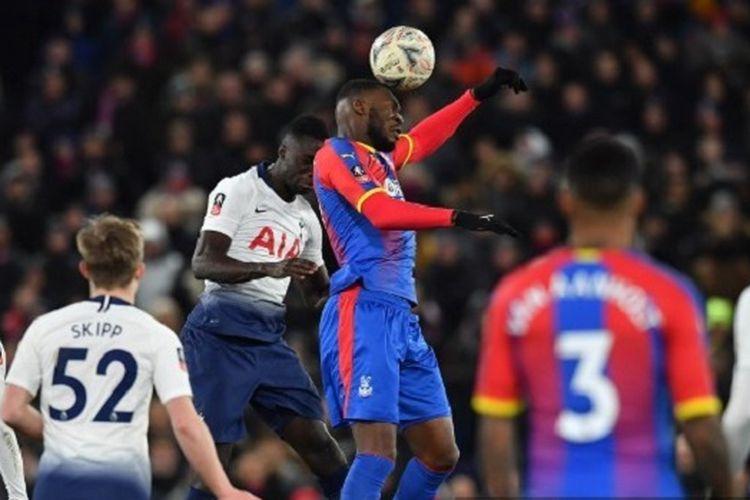 Christian Benteke mengungguli Davinson Sanchez dalam menyundul bola pada pertandingan Crystal Palace vs Tottenham Hotspur di Stadion Selhurst Park dalam laga Piala FA, 27 Januari 2019.