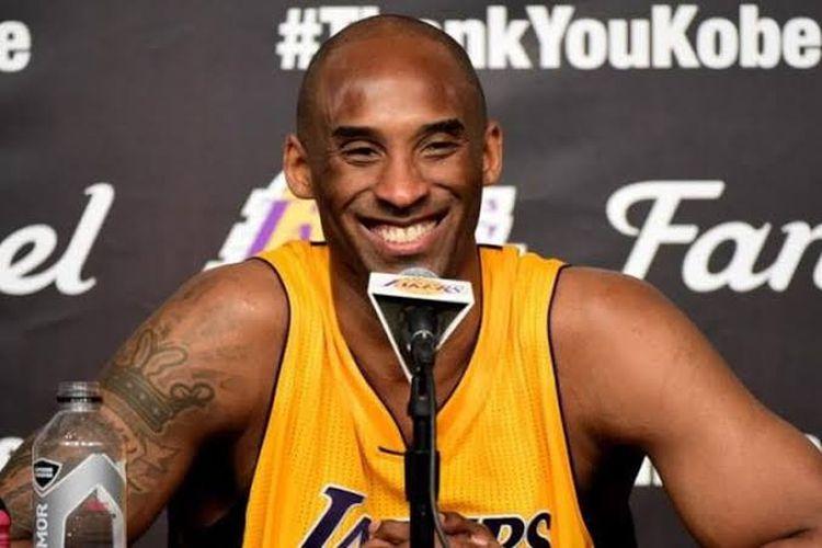 Pebasket Los Angeles Lakers, Kobe Bryant, saat menghadiri sesi konferensi pers pasca pertandingan melawan Utah Jazz di Staples Center, Los Angeles, California, Rabu (13/4/2016) malam waktu setempat atau Kamis WIB.