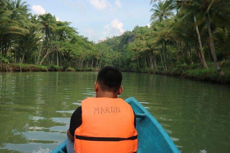 Pemandangan cantik Sungai Maron dengan dikelilingi pohon kelapa dan pohon lainnya. Pemandangan ini kerap digadang-gadang mirip Sungai Amazon Amerika Selatan. Sungai Maron terletak di Pacitan, Jawa Timur.