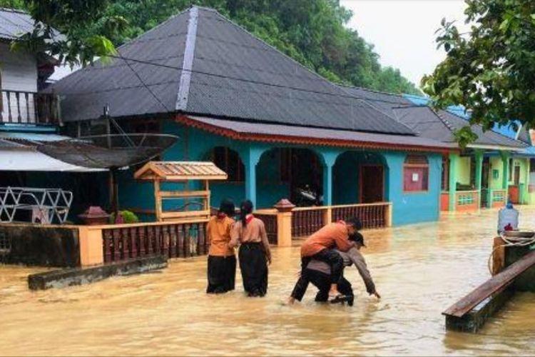 Meluapnya sungai Bentayan di Pulau Tambelan Kabupaten Bintan, Kepulauan Riau pasca hujan dengan intensitas lebat mengguyur pulau Tambelan, Kamis (5/12/2019) sore kemarin mengakibatkan tiga desa di Pulau Tambelan terendam air bah.