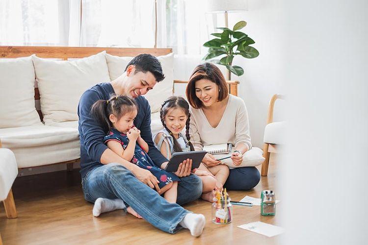 Ilustrasi menghabiskan hari libur bersama keluarga di rumah.