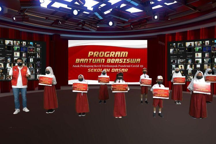Menteri Pariwisata dan Ekonomi Kreatif Sandiaga Uno saat memberikan bantuan beasiswa untuk anak pedagang kecil, Minggu (8/8/2021).