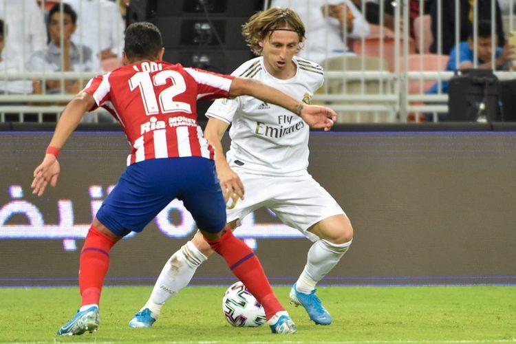 Luka Modric dihadang Renan Lodi pada laga Real Madrid vs Atletico Madrid di Piala Super Spanyol, Senin (13/1/2020).