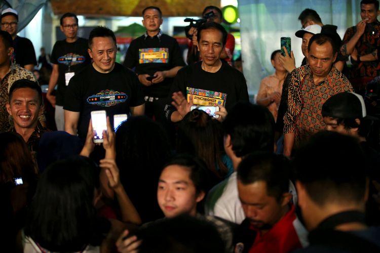 Presiden Republik Indonesia, Joko Widodo datang ke Syncronize Fest 2017 di Gambir Expo Kemayoran, Jakarta, Sabtu (7/10/2017). Festival musik yang berlangsung sela tiga hari hingga Minggu (8/10/2017) tersebut menampilkan beberapa musisi di antaranya ada Bangkutaman, Jason Ranti, Adhitya Sofyan, Float, Pee Wee Gaskin, Indische Party, dan Hello Dangdut.