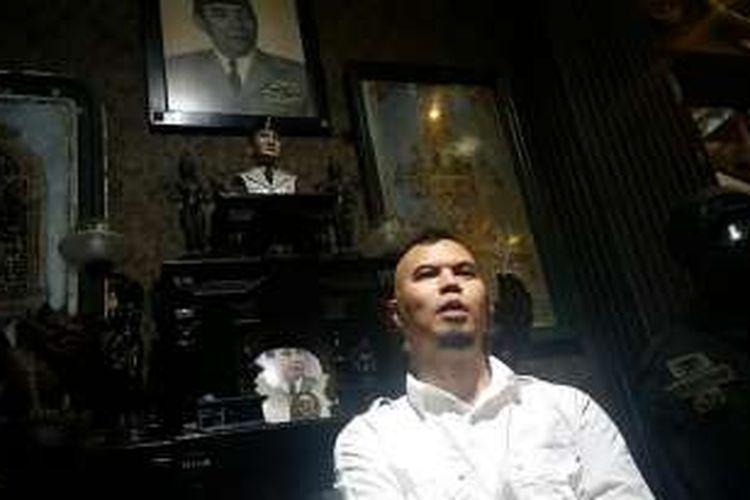 Ahmad Dhani di kediamannya, di kawasan Pondok Indah, Jakarta Selatan, Senin (21/3/2016).
