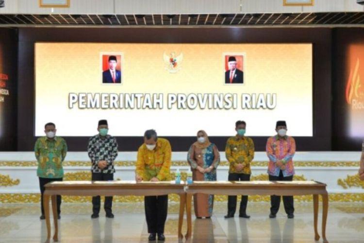 Gubernur Riau, Syamsuar menandatangani Memorandum Of Understanding (MoU) dan penunjukan lembaga independen untuk menentukan pelamparan reservoir pada wilayah kerja minyak dan gas (Migas) Blok Rokan di Riau, Kamis (9/9/2021)