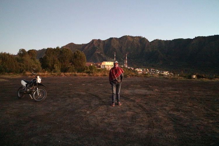 Pengojek dari suku Tengger di sekitar Bukit Mentigen, Cemoro Lawang, Desa Ngadisari, Sukapura, Probolinggo, Jawa Timur. Bukit Mentigen adalah salah satu alternatif tempat melihat matahari terbit selain Bukit Penanjakan di Taman Nasional Bromo Tengger Semeru.