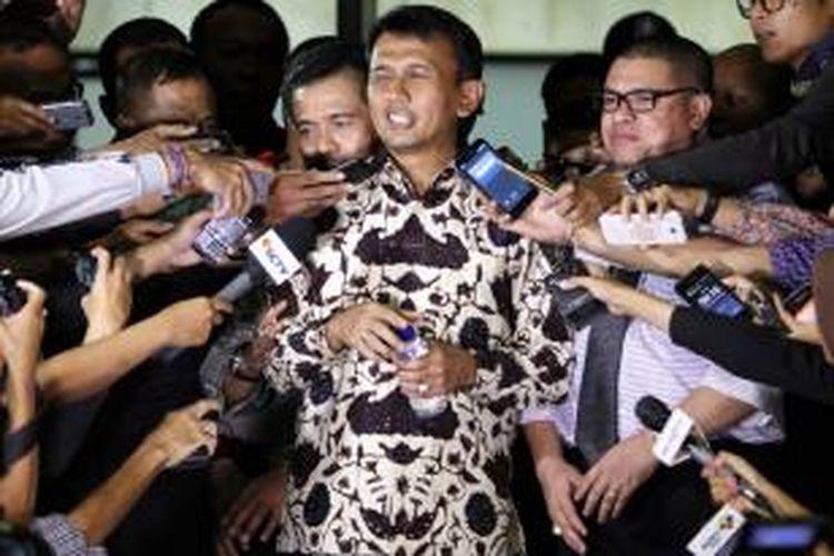 Gubernur Sumatera Utara, Gatot Pujo Nugroho (kemeja batik) usai menjalani pemeriksaan oleh Komisi Pemberantasan Korupsi (KPK) di Gedung KPK, Jakarta Selatan, Rabu (22/7/2015) malam. Gatot diperiksa selama 11 jam oleh KPK terkait kasus dugaan suap hakim PTUN Medan, Sumatera Utara.