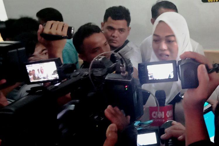 Terdakwa Febi Nur Amelia menjawab pertanyaan wartawan di depan ruang sidang Cakra V PN Medan, Selasa (14/1/2020)