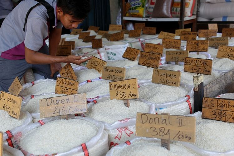 Pembeli memilih berbagai jenis beras yang dijual di Pasar Induk Beras Cipinang, Jakarta Timur, Rabu (26/7/2017). Penetapan Harga Eceran Tertinggi (HET) untuk komoditas beras memberikan pengaruh yang besar kepada para petani dan pedagang sehingga menyebabkan pasokan beras ke pasar induk anjlok.