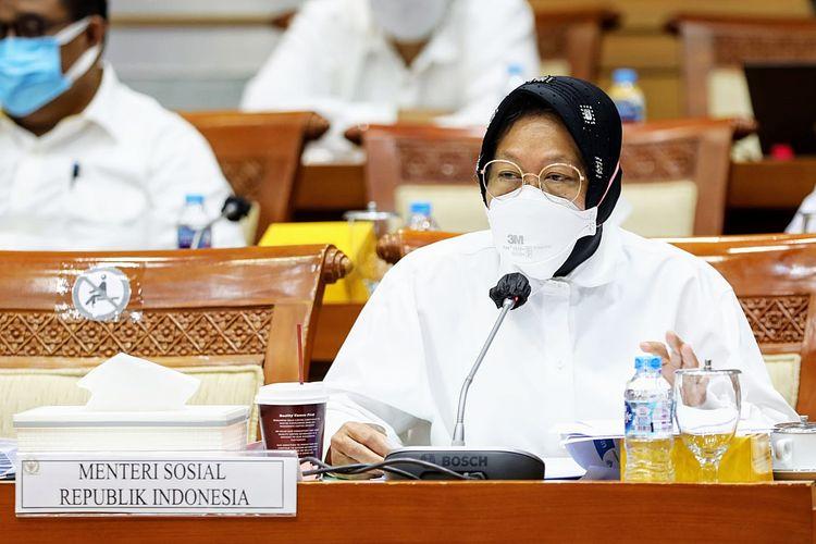 Menteri Sosial (Mensos) Tri Rismaharini dalam rapat kerja (raker) Komisi VIII DPR RI di Gedung Dewan Perwakilan Rakyat (DPR) Republik Indonesia (RI), Jakarta, Senin (20/9/2021).