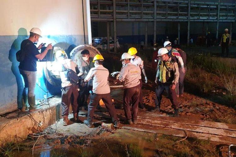 Petugas mengevakuasi jasad tiga orang karyawan tewas yang ditemukan di dasar tangki biodiesel usai ledakan terjadi pada tangki milik PT SDO di Kota Dumai, Riau, Jumat (18/6/2021) dini hari.