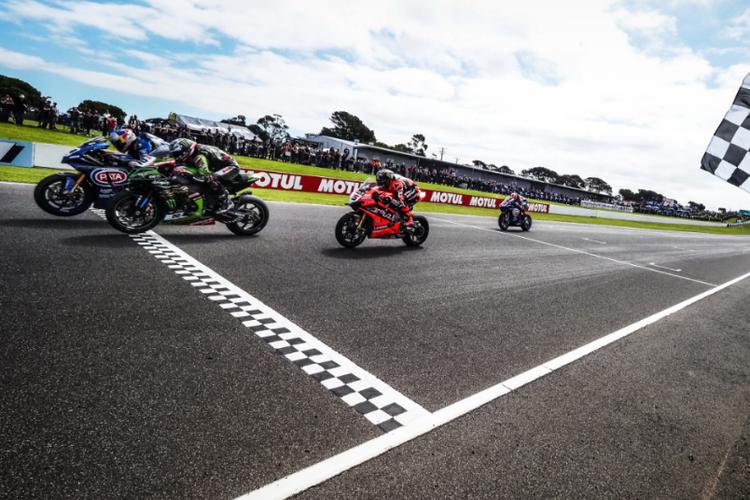 Tiga pebalap yang finish terdepan saat Race 1 World Superbike (WorldSBK) seri pertama di Sirkuit Philip Island, Australia, Sabtu (29/2/2020). Ketiganya adalah Toprak Razgatlioglu (biru, kiri), Alex Lowes (hijau, tengah) dan Scott Redding (merah, kanan).