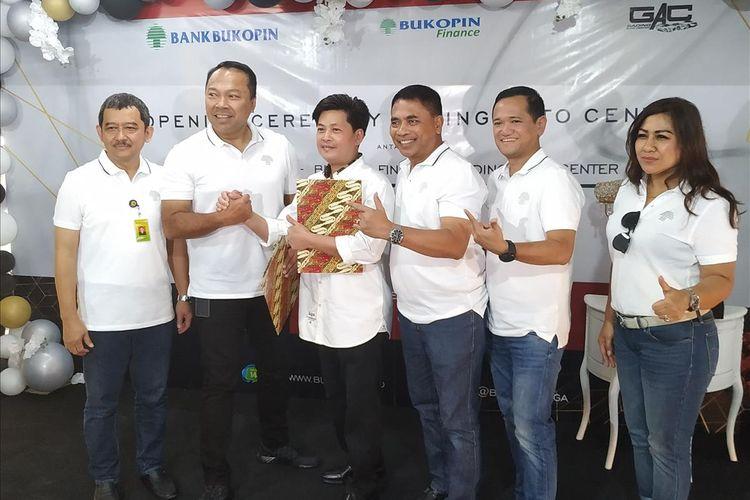 Direktur UMKM PT Bank Bukopin Tbk Heri Purwanto (kedua kanan) dan Direktur Konsumer PT Bank Bukopin Tbk Rivan A. Purwantono (kedua kiri) meneken nota kerja sama pembiayaan modal kerja stock kendaraan bermotor bersama Gading Auto Center di Jakarta Utara, Senin (8/7/2019).