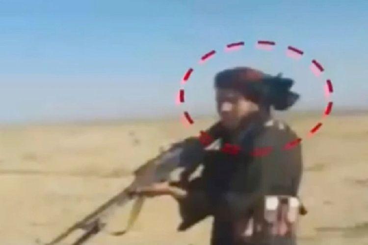 Seorang anggota Taliban yang terekam dalam video. Taliban disebut menembak mati puluhan warga di Kandahar.