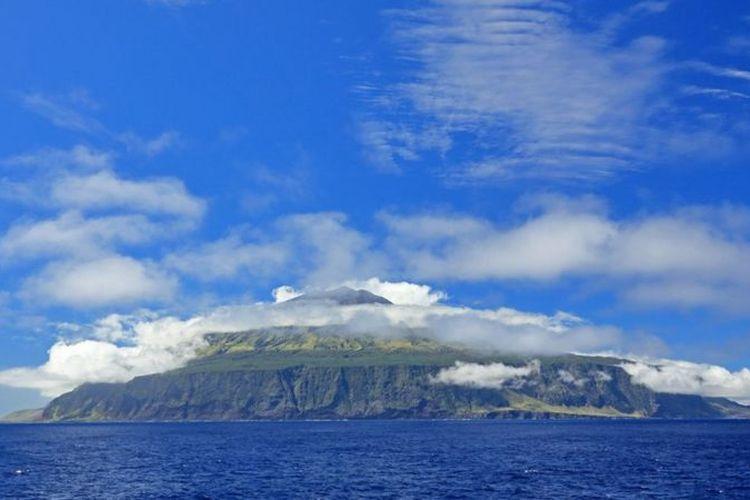 Pulau Tristan da Cunha terlihat seperti gunung berapi yang menembus Samudera Atlantik.