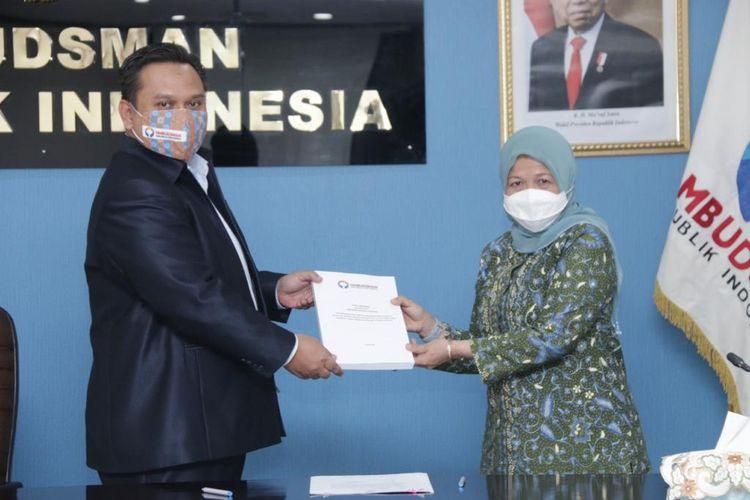 Anggota Ombudsman RI, Yeka Hendra Fatika menyampaikan hasil Rapid Assessment Ombudsman RI terkait Tata Kelola Ekspor Benih Bening Lobster (BBL) sesuai Peraturan Menteri Kelautan dan Perikanan Nomor 12 Tahun 2020 tentang Pengelolaan Lobster, Kepiting dan Rajungan di Wilayah Indonesia kepada Kepala Badan Karantina Ikan, Pengendalian Mutu dan Keamanan Hasil Perikanan KKP, Dr. Ir. Rina, M.Si , Kamis (8/4/2021) di Kantor Ombudsman RI, Jalan HR Rasuna Said Jakarta Selatan.