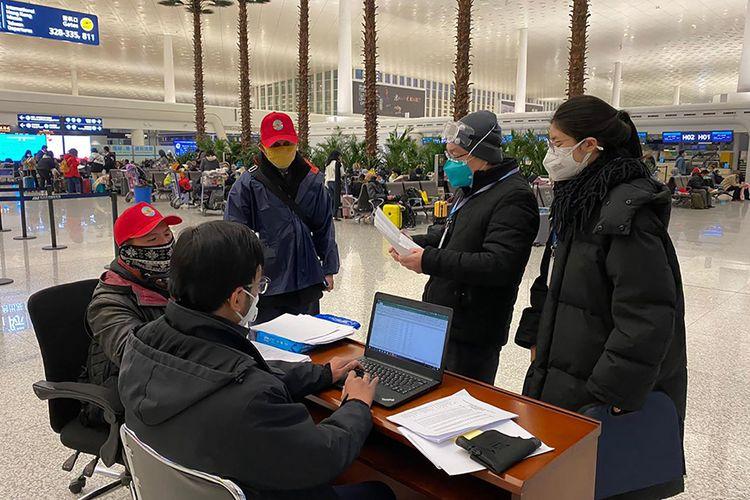 Tim gabungan dari KBRI Beijing melakukan pendataan nama-nama WNI yang hendak dievakuasi di Bandara Internasional Tianhe, Wuhan, Hubei, China, Sabtu (1/2/2020). Sebanyak 245 WNI di Wuhan akan dievakuasi ke Indonesia terkait merebaknya virus corona di wilayah itu.