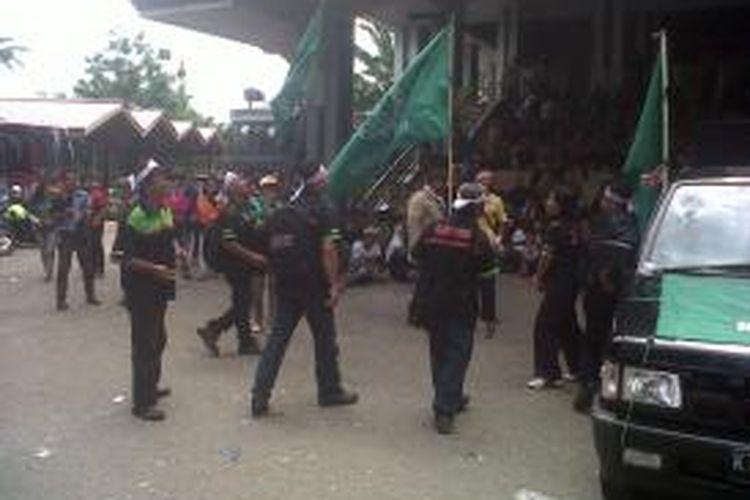 Ratusan buruh menduduki kantor Wali Kota Samarinda. Sembari orasi, mereka menggelar aksi dangdutan