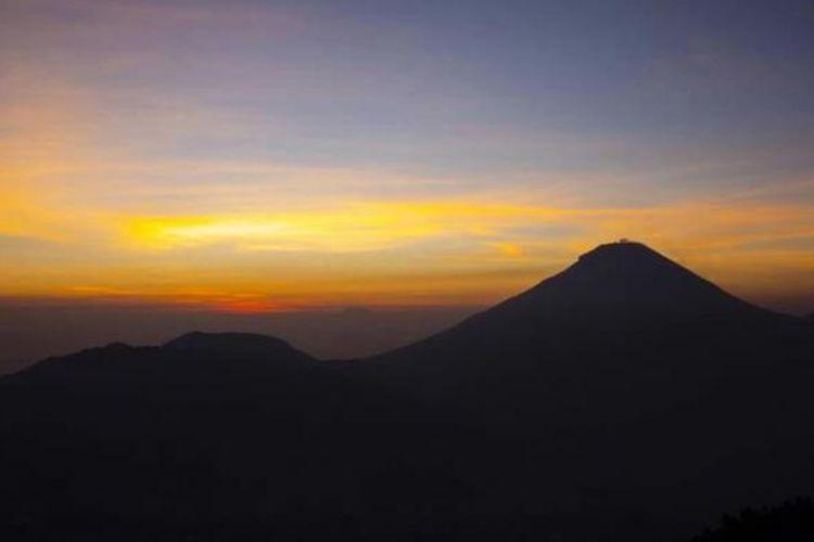 Matahari terbit di belakang Gunung Sundoro terlihat dari Bukit Sikunir, Dataran Tinggi Dieng, Wonosobo, Jawa Tengah, Sabtu (1/11/2014). Dieng menawarkan keindahan sekaligus ancaman, karena dataran tingginya terbentuk dari gunung berapi yang kini masih mengeluarkan gas.