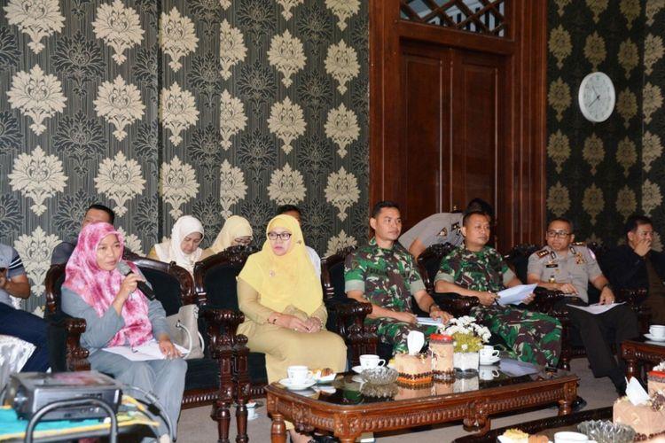 Ketua KPU Kota Salatiga Putnawati (paling kiri) saat rapat koordinasi dengan Forkopinda di Rumah Dinas Walikota, Senin (15/1/2018) siang.