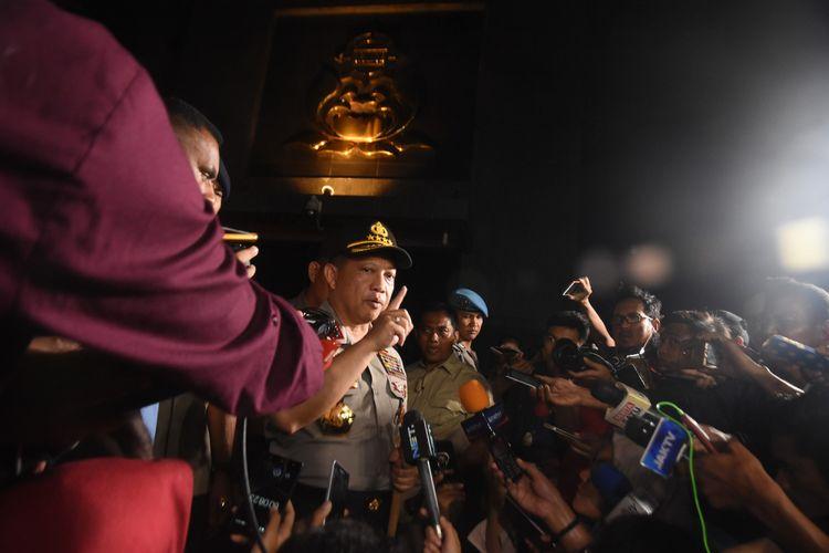 Kapolri Jenderal Pol Tito Karnavian (tengah) memberi keterangan pada wartawan usai meninjau rutan cabang Salemba, Mako Brimob Kelapa Dua pasca kerusuhan di Depok, Jawa Barat, Kamis (10/5). Kapolri meninjau Mako Brimob pasca insiden antara narapidana teroris dengan petugas yang mengakibatkan lima anggota Polri dan seroang teroris meninggal dunia. ANTARA FOTO/Indrianto Eko Suwarso/foc/18.