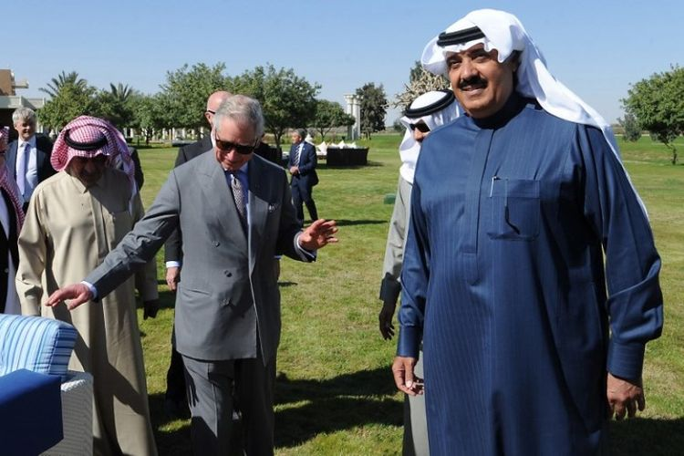 Dalam foto yang diambil pada Februari 2014, terlihat Pangeran Mutaib (kanan) menerima Pangeran Charles di sebuah taman kerajaan Arab Saudi di Riyadh.