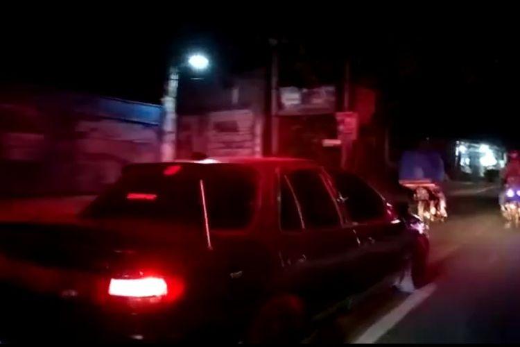 Tangkapan layar video mobil sedan diduga halangi laju ambulans di Pamulang, Tangerang Selatan.