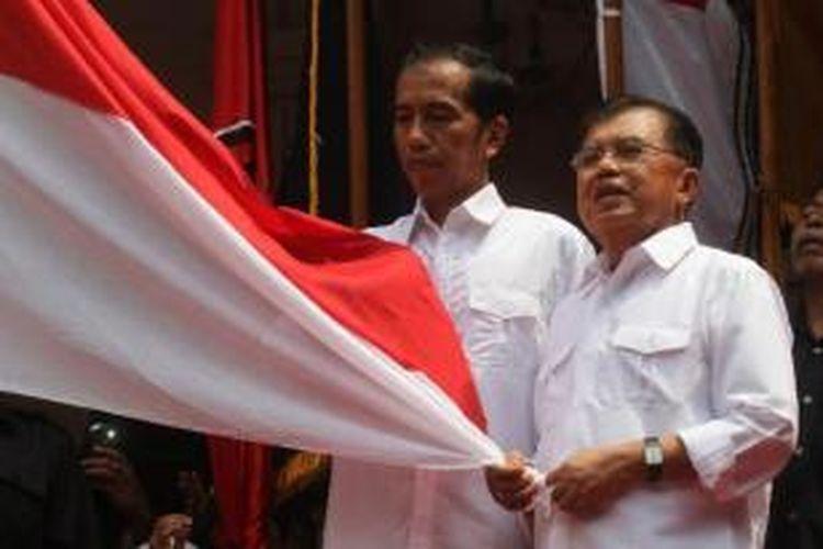 Bakal calon presiden Joko Widodo (Jokowi) bersama bakal calon wakil presiden Jusuf Kalla, saat acara deklarasi pasangan tersebut di Gedung Joang 45, Jalan Menteng Raya, Menteng, Jakarta Pusat, Senin (19/5/2014). Pasangan itu diusung empat partai, yaitu PDI Perjuangan, NasDem, PKB, dan Hanura.
