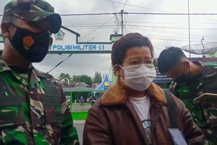 Lurah Asuhan Walmaria Zalukhu diwawancarai awak media usai diperiksa di Markas Datasemen Polisi Militer I/1 Pematangsiantar di Diponegoro, Senin (23/8/2021).