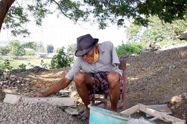 Subagyo kakek bertangan satu bekerja sebagai tukang batu.