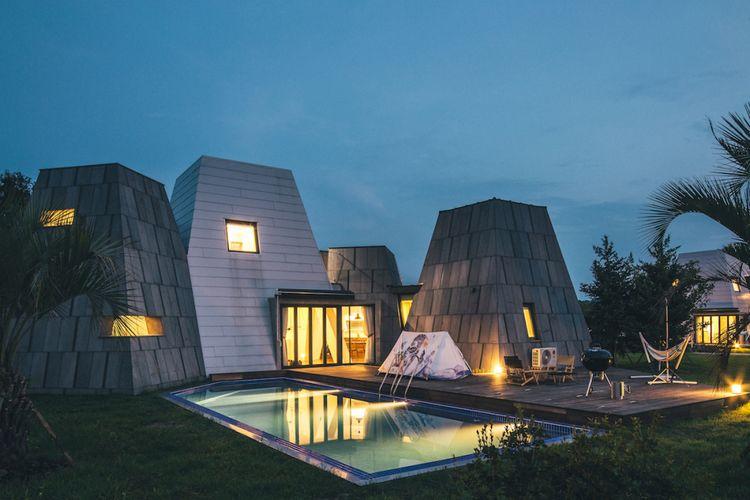 Setiap pondok dirancang mirip dengan bentuk piramida modern dan dibangun dalam empat ukuran yang berbeda.