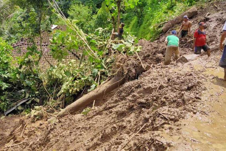 Tebing setinggi sekitar 15 meter longsor hingga berujung menutup ruas jalan Kabupaten di Dukuh Kambangan, Desa Menawan, Kecamatan Gebog, Kabupaten Kudus, Jawa Tengah, Sabtu (12/2/2021)