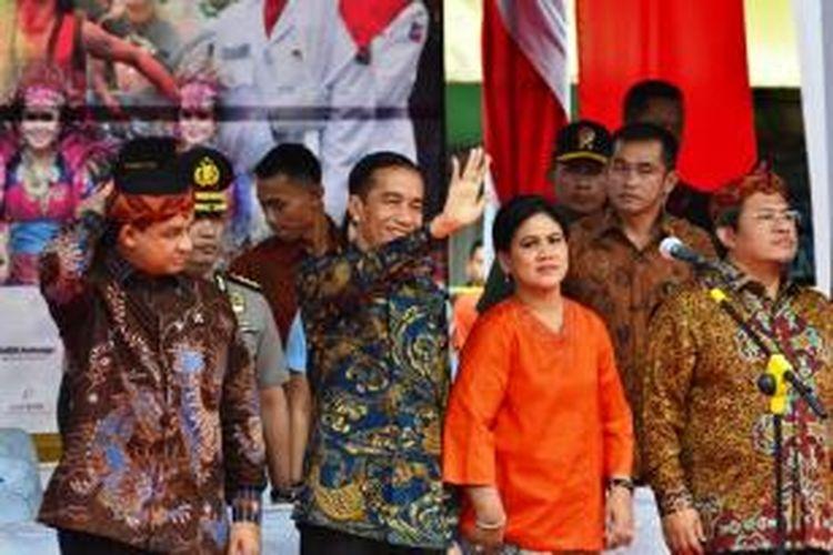 Presiden RI Joko Widodo melambaikan tangan kepada warga Bogor dalam acara Cap Go Meh, Kamis (5/3/2015). Dalam acara itu, Jokowi hadir ditemani Ibu Negara Iriana, serta sejumlah pejabat lainnya. K97-14