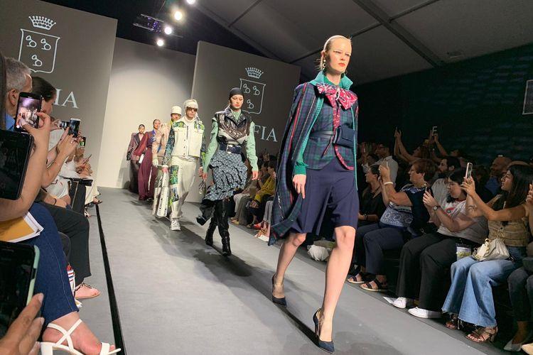 Sebanyak 46 busana kreasi siswa Akademi Adibusana (Accademia di Alta Moda) KOEFIA ditampilkan pada malam penutupan Pekan Mode Roma (Altaroma-Rome Fashion Week), di Roma, Italia, Minggu (7/7/2019).