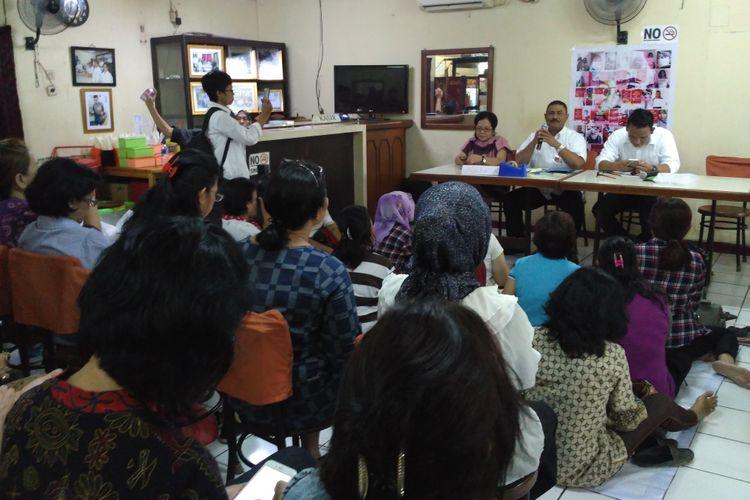 Peserta diskusi datangi acara bedah buku dan buka puasa bersama relawan ahok di Taman Ismail Marzuki, Jumat (16/6).