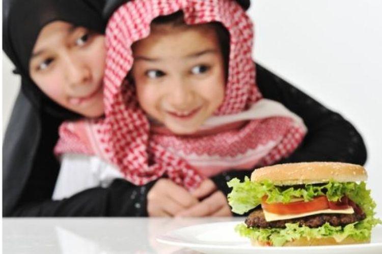 Jangan asal memilih menu makanan untuk sahur atau berbuka. Perhatikan komposisi gizinya. Makanan anak harus mengandung karbohidrat, protein, lemak, vitamin, dan mineral.