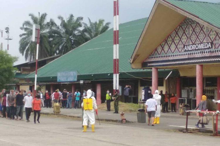 Sebanyak 136 Tenaga Kerja Indonesia (TKI) yang baru pulang dari Malaysia tiba di Pangkalan Udara (Lanud) Soewondo, Kamis (9/4/2020) sore sekitar pukul 17.10 WIB. Rencananya, mereka akan dikarantina sementara di gedung eks Bandara Polonia Medan selama 3 - 4 hari.