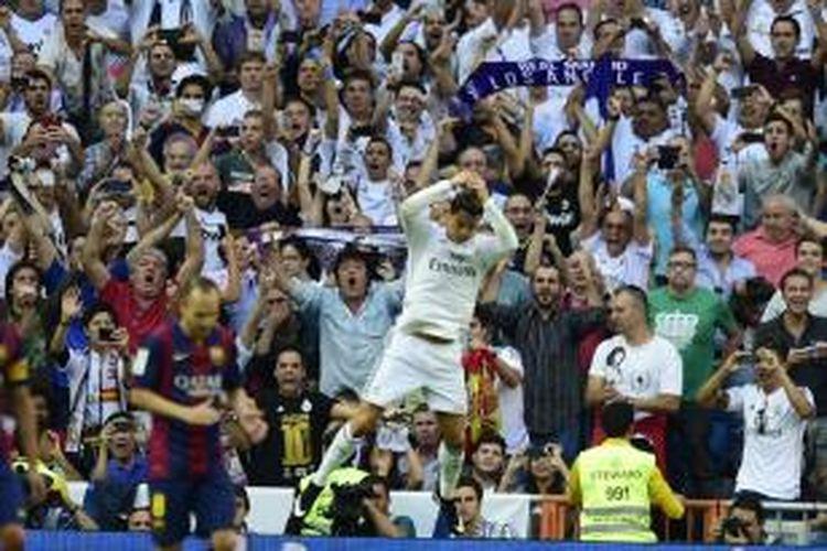 Bintang Real Madrid, Cristiano Ronaldo, merayakan golnya setelah berhasil membobol gawang Barcelona, Sabtu (25/10/2014).