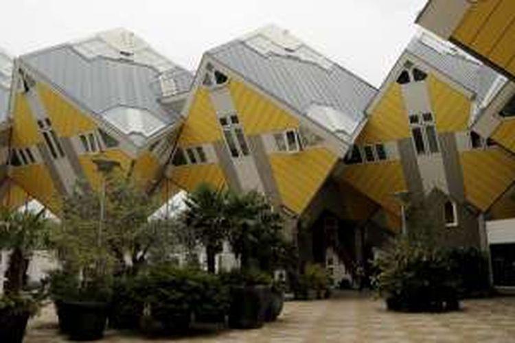 Bangunan Kubuswoningen di kawasan Blaak, Rotterdam, Belanda. Bangunan ini merupakan bangunan ikonik di Rotterdam.