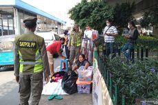 Satpol PP Tertibkan Pedagang di Trotoar Dekat Stasiun Tanah Abang