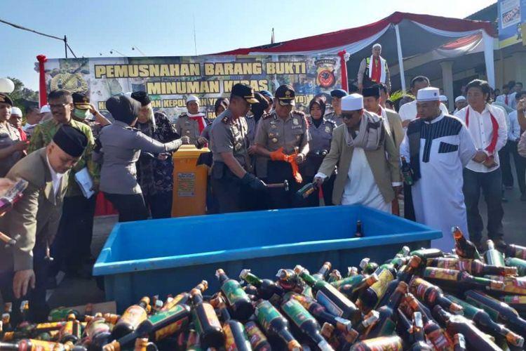 Kapolda Jawa Barat, Irjen Agung Budi Maryoto (tiga dari kanan) memimpin pemusnahan ribuan botol minuman keras di Polres Sukabumi Kota, Rabu (9/5/2018).