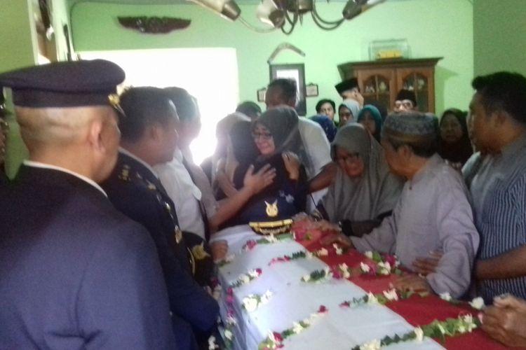 Istri, ibu dan kakak Kolonel Penerbang MJ Hanafie (49) menangis di samping pilot TNI AU yang jatuh saat aerobatik, di kediamannya Perum Dirgantara Blok C-4 nomor 37 Kota Malang, Rabu (21/3/2018).