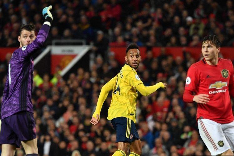 David De Gea dan  Victor Lindelof menanti putusan wasit soal gol atau tidaknya tembakan Pierre-Emerick Aubameyang dalam laga Manchester United vs Arsenal dalam lanjutan Liga Inggris di Stadion Old Trafford, 30 September 2019.