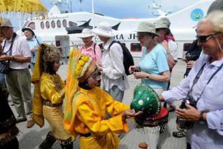 Penumpang kapal pesiar Calledonian Sky disambut tari ranup lampuan saat tiba di Pelabuhan Ulee Lheue, Banda Aceh, Minggu (13/10/2013). Sebanyak 88 turis asal Australia dan Inggris tersebut menghabiskan waktu selama empat jam untuk mengunjungi sejumlah obyek wisata di Kota Banda Aceh sebelum melanjutkan pelayaran ke Pulau Simeulue (Aceh) dan Pulau Nias, Medan.